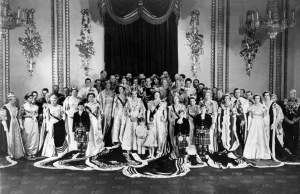UNITED KINGDOM - FEBRUARY 01:  Queen ELIZABETH, the Duke of EDINBURGH, the QUEEN mother ELIZABETH, Princess MARGARET, Prince CHARLES and Princess ANNE posing with other members of the royal family.  (Photo by Keystone-France/Gamma-Keystone via Getty Images)