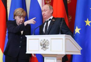 German Chancellor Angela Merkel (L) gestures as Russian President Vladimir Putin looks on during a news conference after talks at the Kremlin in Moscow, Russia, May 10, 2015. Russian President Vladimir Putin said on Sunday that a peace deal agreed in Minsk over the separatist conflict in east Ukraine was moving forward despite problems and that it had been quieter in Ukraine recently. Putin made the comments at a news conference in Moscow with Germany's Angela Merkel.  REUTERS/Sergei Ilnitsky/Pool - RTX1CC50