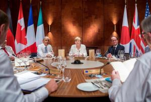 U.S. President Barack Obama, Germany's Chancellor Angela Merkel and France's President Francois Hollande (L-R) attend a working dinner at a G7 summit at the hotel castle Elmau in Kruen, Germany, June 7, 2015. Leaders from the Group of Seven (G7) industrial nations met on Sunday in the Bavarian Alps for a summit overshadowed by Greece's debt crisis and ongoing violence in Ukraine. REUTERS/Michael Kappeler/Pool - RTX1FJDR