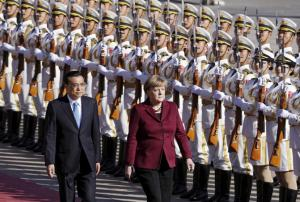 China's Premier Li Keqiang and Germany's Chancellor Angela Merkel (R) inspect honour guards during a welcoming ceremony outside the Great Hall of the People in Beijing, China, October 29, 2015. REUTERS/Jason Lee - RTX1TQH5