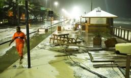 tsunami-3-ressaca_leblon_ondas-invadem-quiosque